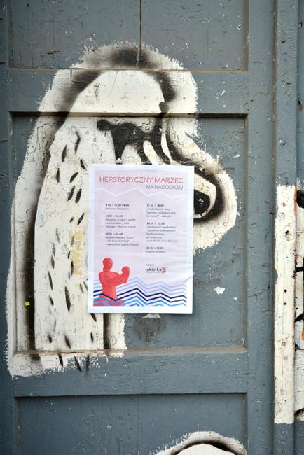 XY herstoryczny spacer na Nadodrzu na tle drzwi do pracowni XY #mierzejewska #fineart #herstory #Nadodrze #contemporaryart #paintings